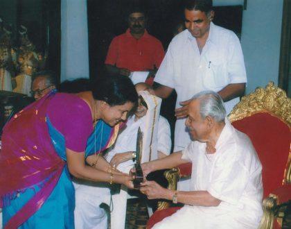Sreepadmanabhadasan His Highness Uthradam Thirunal Marthanda Varma presented Memento and 'Ponnada' as part of presenting 'Keralanadanam Award'.